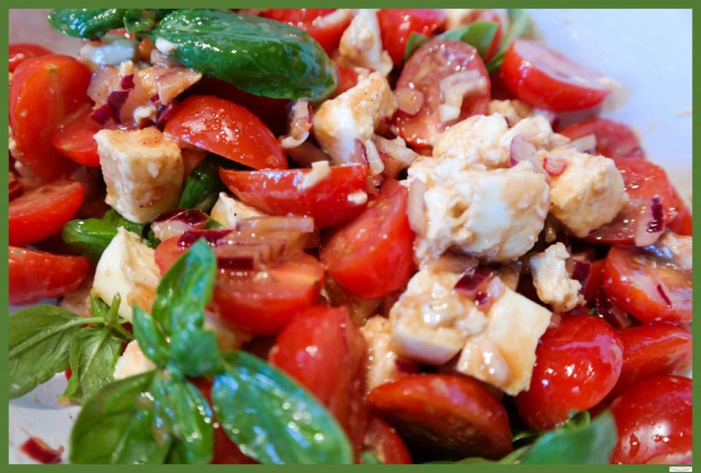 Frischer Tomatensalat mit Büffelmozzarella