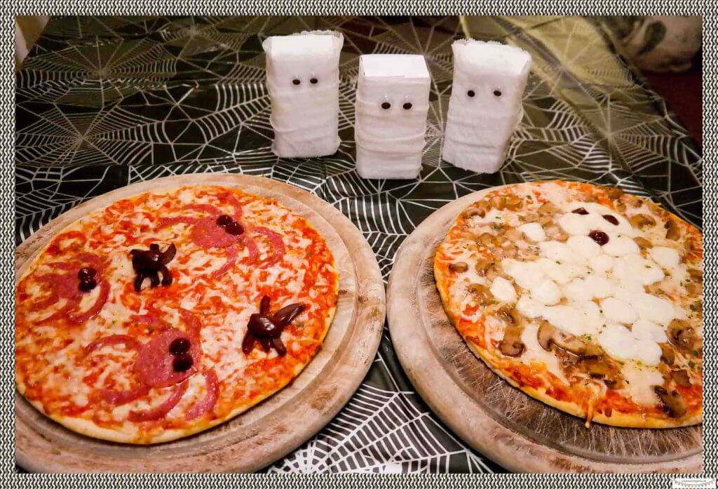 Gruselige Pizza mit Spinnen aus Oliven